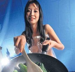 สาวโป๊ทำอาหารมาแรง หวังพ่อบ้านติดครัว