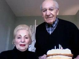 คุณตาคุณยายกับความพยายามถ่ายรูปกับเค้กวันเกิด