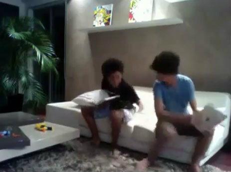 ตบเด็กเกรียนด้วย iPad 2 มันเป็นเยี่ยงนี้นี่เอง! (คลิปวิดีโออย่างโหดด้านใน...ใจไม่ถึงอย่าดู)