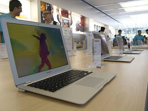 รู้หรือไม่ MacBook Air/Pro ในช็อป Apple ต้องเอียงหน้าจอกี่องศา?