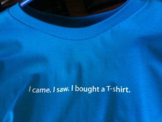 อยากได้ล่ะสิ! ตามไปดูเสื้อที่เราจะหาซื้อได้จากสำนักงานใหญ่ของ Apple กัน