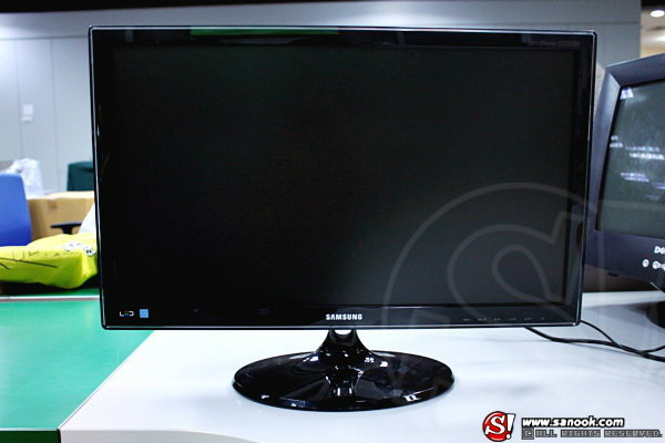 "First Review: สัมผัสแรก กับ Samsung LED Monitor 23"" Series 5 (550)"